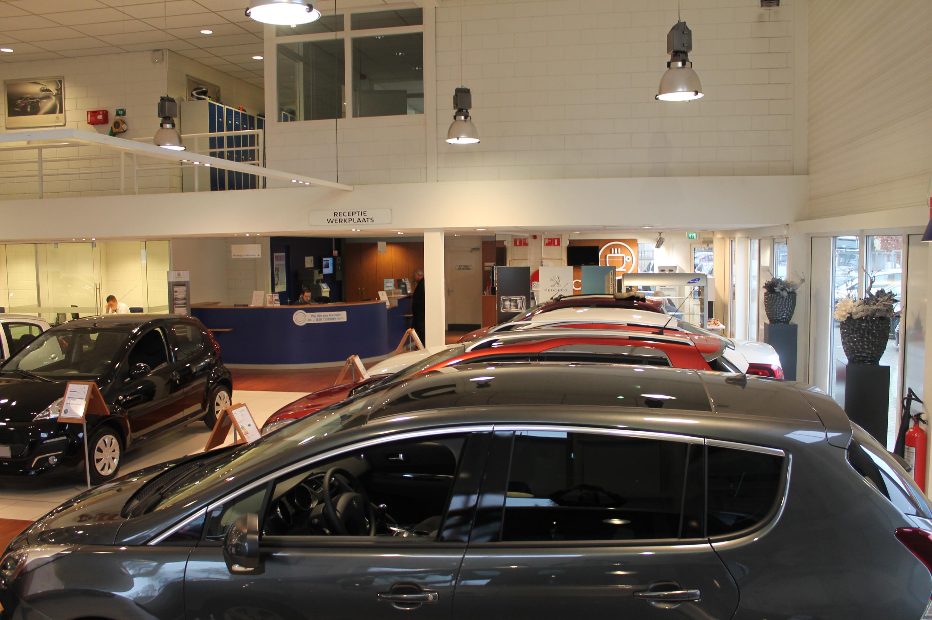 Soldaat Elektrotechniek   Verlichting Peugeot showroom gemaakt
